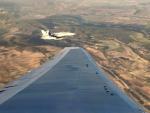 El F-18 de acompañamiento desde el ala del avión de Air Canadá