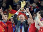Vicente del Bosque levanta el trofeo de campeón del mundo en Sudáfrica 2010