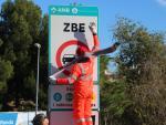 Un operario instala una señal de la ZBE en l'Hospitalet.
