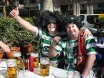 Un par de aficionados del Cetlic beben cerveza en las Ramblas de Barcelona.