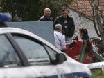 La policía inspecciona el lugar donde se produjo la matanza de 13 personas en Velika Ivanca (Serbia).