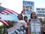 La activista Iliana Santillán (c) del grupo de Si a Las Licencias NC, durante una protesta del movimiento 'Lunes Moral' eñ 25 de abril 2016, frente al edificio de la Asamblea Legislativa de Carolina del Norte en la capital Raleigh.
