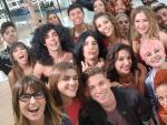 <p>'Selfie' de Roberto Leal junto a los concursantes y varios de los profesores de 'OT 2017' durante el chat posterior al programa.</p>