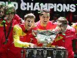 El equipo español de Copa Davis posa con la Ensaladera.