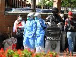 Policías y funcionarios de salud realizan aplican de prevención por el coronavirus COVID-19 a bolivianos procedentes de los países vecinos, en la Villa Suramericana en Cochabamba (Bolivia).