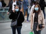 Personas con mascarilla en Barcelona ante el brote de coronavirus.