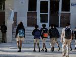 Alumnos del Colegio Privado Alameda de Osuna entran a clase desde el patio en el primer día del curso escolar 2020-2021