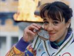 Blanca Fernández Ochoa besa la medalla de bronce olímpica en Albertville'92´.