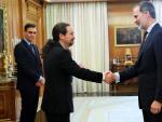 El Rey Felipe VI (d) saluda a su llegada al vicepresidente segundo y ministro de Derechos Sociales y Agenda 2030, Pablo Iglesias (i), en la primera reunión del Consejo de Seguridad Nacional en el Palacio de la Zarzuela, a 04 de marzo de 20