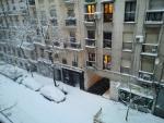 Balcones y coches cubiertos de nieve este sábado en la calle Ponzano en Madrid.