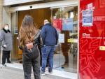 Varias personas con cita previa esperan para entrar en una oficina del SEPE (antiguo INEM), en Valencia, Comunidad Valenciana (España), a 12 de febrero de 2021.