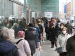 Ciudadanos madrileños hacen cola en el Wizink Center para recibir la vacuna de la covid-19.