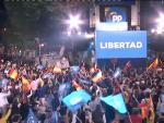 """Sobre las 22:15, la presidenta de la Comunidad de Madrid, Isabel Díaz Ayuso, ha salido al balcón de la sede el Partido Popular en la calle Génova para celebrar la victoria en las elecciones celebrado el 4 de mayo. Ayuso ha destacado en sus primeras palabras que """"la libertad ha triunfado""""."""