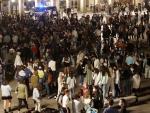 Jóvenes disfrutan de la noche en la Plaza Mayor de Salamanca ante la presencia de la Policía Local tras el fin del estado de alarma.