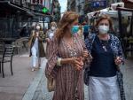 Dos mujeres pasean este viernes por el centro de Ourense.