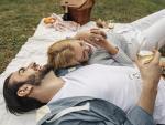 Pareja celebrando un picnic