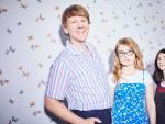 Josh Thomas con Kayla Cromer y Maeve Press en 'Todo va a ir bien'.