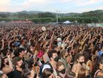 Jóvenes disfrutan durante el concierto de Stay Homas en el Canet Rock de Barcelona este sábado.