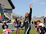 Lewis Hamilton saluda a la grada tras el GP de Gran Bretaña
