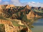 Las Barrancas se encuentran en los términos municipales de Albarreal de Tajo, Burujón y La Puebla de Montalbán, en la orilla norte del embalse de Castrejón. Son espectaculares cortados arcillosos, formados por la erosión del viento y las aguas del Tajo sobre sedimentos de hace 25 millones de años.