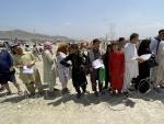 Decenas de personas, este martes, se concentran en los exteriores del aeropuerto de Kabul para intentar salir de Afganistán.