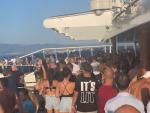 Pasajeros del crucero se agolpan en la cubierta