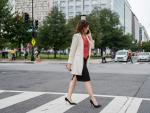 Isabel Díaz Ayuso camina por una calle de Washington.