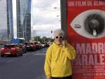 Pedro Almodóvar posa, medidamente casual, delante del cartel de 'Madres Paralelas