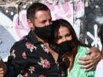 Olga Moreno y Antonio David Flores, abrazados por las calles de Málaga en octubre de 2020. Esta imagen no presagiaba su separación una año después, según 'Lecturas'.